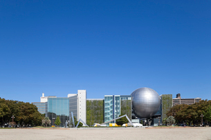 青空と名古屋市科学館全景の写真素材 [FYI01710471]