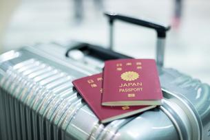 キャリーケースに置いたパスポートの写真素材 [FYI01710485]
