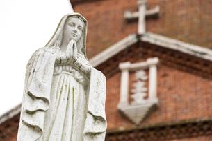 黒島天主堂を背景に見るマリア像の写真素材 [FYI01710497]