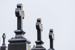 黒島のカトリック共同墓地墓石の十字架の写真素材 [FYI01710498]
