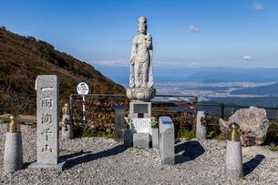 琵琶湖を遠くに見る恋慕観世音菩薩像の写真素材 [FYI01710515]