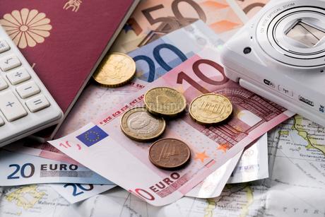 地図とユーロとパスポートとカメラと電卓の写真素材 [FYI01710522]