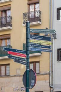 パンプローナ旧市街に立つ案内標識の写真素材 [FYI01710523]