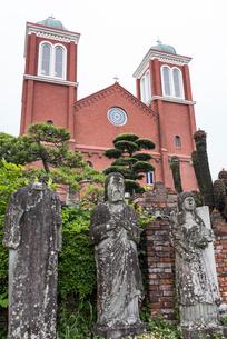 首なし銅像越しに見るカトリック浦上教会(浦上天主堂)の写真素材 [FYI01710570]