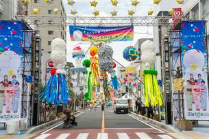 安城七夕祭りメイン道路の写真素材 [FYI01710608]