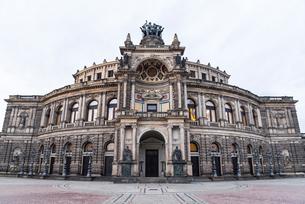 ドレスデンのゼンパーオペラ(ザクセン州立歌劇場)の写真素材 [FYI01710627]