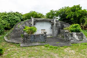 沖縄の古い亀甲墓の写真素材 [FYI01710641]