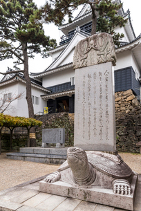 岡崎城を背後に見る東照公遺訓碑の写真素材 [FYI01710665]