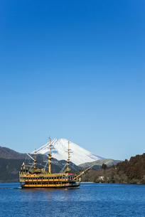 遊覧船を見る芦ノ湖より雪被る富士山を望むの写真素材 [FYI01710671]