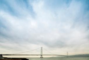 夕暮れ時の霞む明石海峡大橋の写真素材 [FYI01710682]