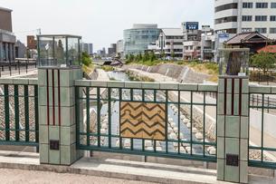 瀬戸記念橋欄干装飾の陶芸作品と陶板の写真素材 [FYI01710688]