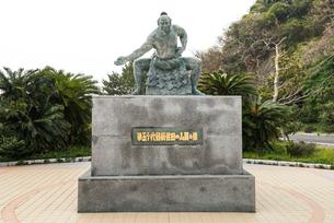五島列島有川港に建つ50代横綱佐田の山関像の写真素材 [FYI01710698]