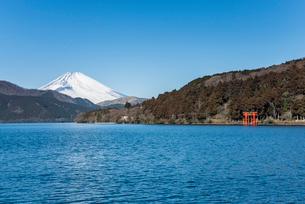 芦ノ湖越しに見る雪被る富士山の写真素材 [FYI01710699]