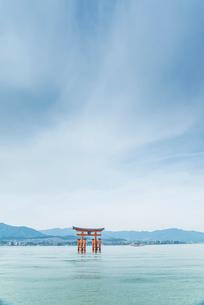 厳島神社大鳥居と瀬戸内の山並みを見る風景の写真素材 [FYI01710711]