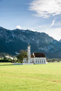 山並みを背景にした田園地帯の小さな教会の写真素材 [FYI01710712]