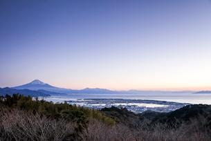 朝焼けの中日本平より駿河湾越しに見る富士山の写真素材 [FYI01710724]