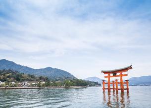 厳島神社大鳥居と瀬戸内の山並みを見る風景の写真素材 [FYI01710772]