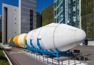 名古屋市科学館を背景に見るH-ⅡBロケットの写真素材 [FYI01710787]