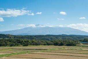 山並みを遠くに見る田園風景の写真素材 [FYI01710805]