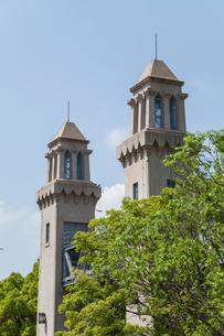 樹木越しに見る松重閘門二つの尖塔の写真素材 [FYI01710814]