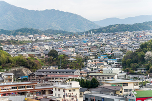 JR宮島口駅から見る廿日市の住宅街家並みの写真素材 [FYI01710850]