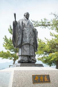 宮島桟橋広場の平清盛像の写真素材 [FYI01710863]