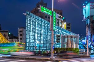 世界で二番目に美しい美麗島駅エントランス夜景の写真素材 [FYI01710870]
