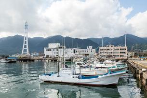 漁船が停泊する尾鷲港風景の写真素材 [FYI01710872]