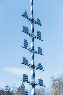 ホーエンシュヴァンガウに立つ幾何学模様のモニュメントの写真素材 [FYI01710886]