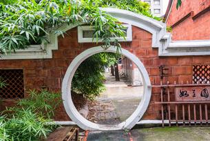 台中市民俗公園内レンガ塀の通路の写真素材 [FYI01710894]