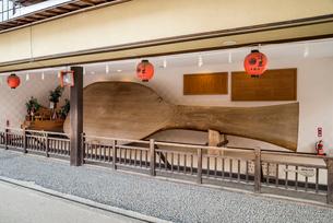 厳島神社表参道商店街に展示された大杓子の写真素材 [FYI01710905]