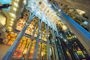 ステンドグラスと天井飾りが美しいサグダラ・ファミリア内部の写真素材 [FYI01710916]