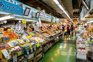 那覇市の第一牧志公設市場の店先の写真素材 [FYI01710928]