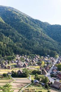 山を背景に見る白川郷の写真素材 [FYI01710935]