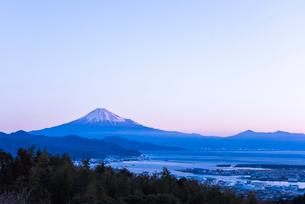 日本平より駿河湾越しに見る朝焼けの富士山の写真素材 [FYI01710938]