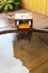 温泉露天風呂のお湯が流れ出る風景の写真素材 [FYI01710944]