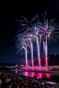 全国選抜長良川中日花火大会の打ち上げ花火の写真素材 [FYI01710951]