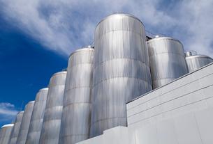 立ち並ぶビール発酵熟成タンクの写真素材 [FYI01710954]