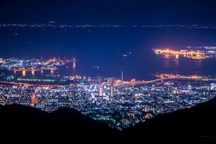 六甲山より見る神戸市街と大阪湾夜景の写真素材 [FYI01710976]