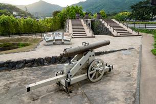 背景に山並みを見る郡司鋳造所跡の写真素材 [FYI01710978]