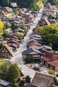 白川郷の中を走る道を観光客が散歩する風景の写真素材 [FYI01710993]