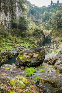 高千穂峡鬼八の力石の写真素材 [FYI01711004]