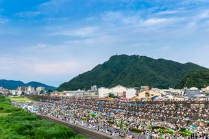 岐阜城を見る金華山を背景に花火大会を待つ大観衆の写真素材 [FYI01711012]