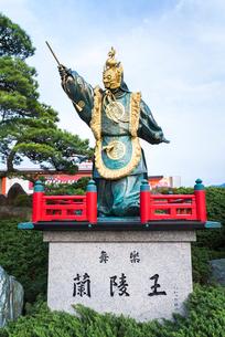 宮島フェリー乗り場ロータリーに建つ舞楽蘭陵王の像の写真素材 [FYI01711031]