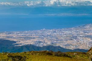 伊吹山山頂より琵琶湖と長浜市街を望むの写真素材 [FYI01711037]