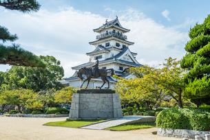 今治城天守を背景に見る藤堂高虎の騎馬像の写真素材 [FYI01711059]