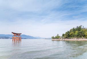 厳島神社大鳥居と瀬戸内の山並みを見る風景の写真素材 [FYI01711061]