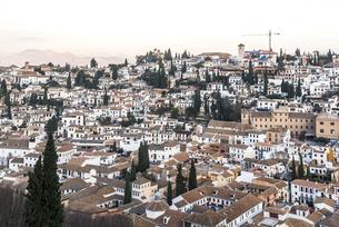 アルハンブラ宮殿より街並みと遠く山並みを見る風景の写真素材 [FYI01711063]