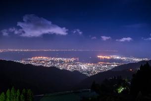 六甲山より見る神戸市街と大阪湾夜景の写真素材 [FYI01711068]