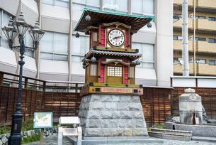道後温泉駅前にたつ坊ちゃんカラクリ時計塔の写真素材 [FYI01711075]